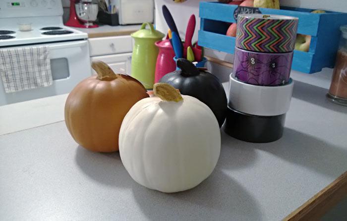 Duck Tape Craft pumpkins | making the world cuter #stickOrTreat