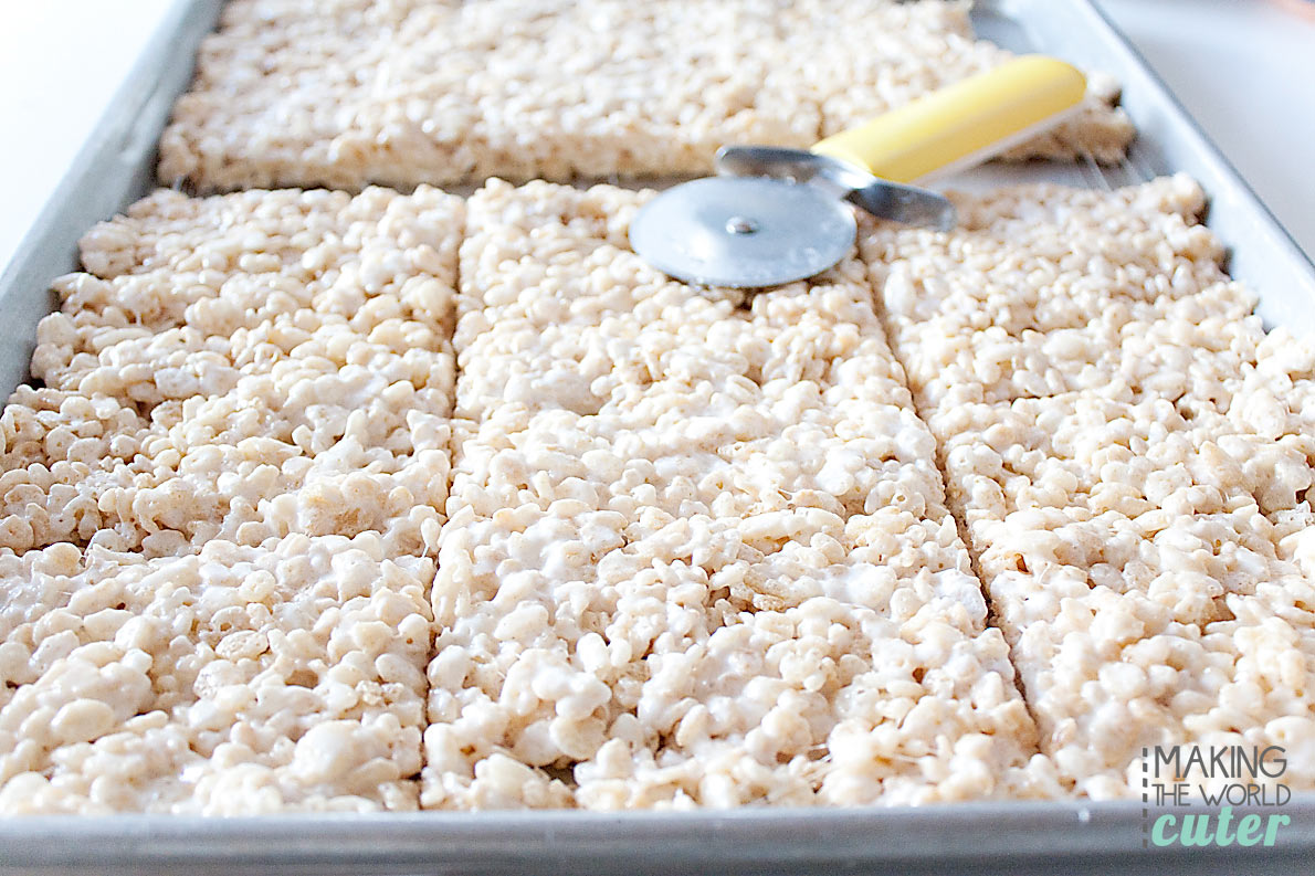 http://makingtheworldcuter.com/wp-content/uploads/2015/10/Cutting-Rice-Krispies-Treat-with-Pizza-Slicer.jpg