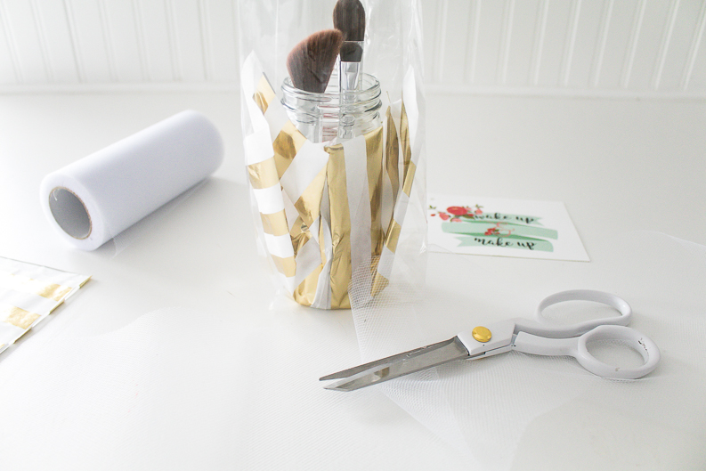 Wrapping a jar gift